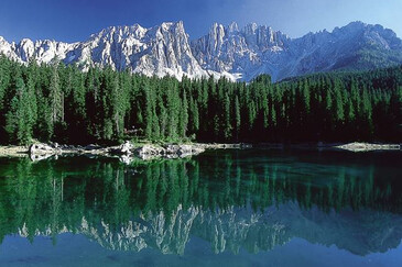 The reflection of the Latemar massif in the Lago di Carezza/Karersee lake | © Magnolia